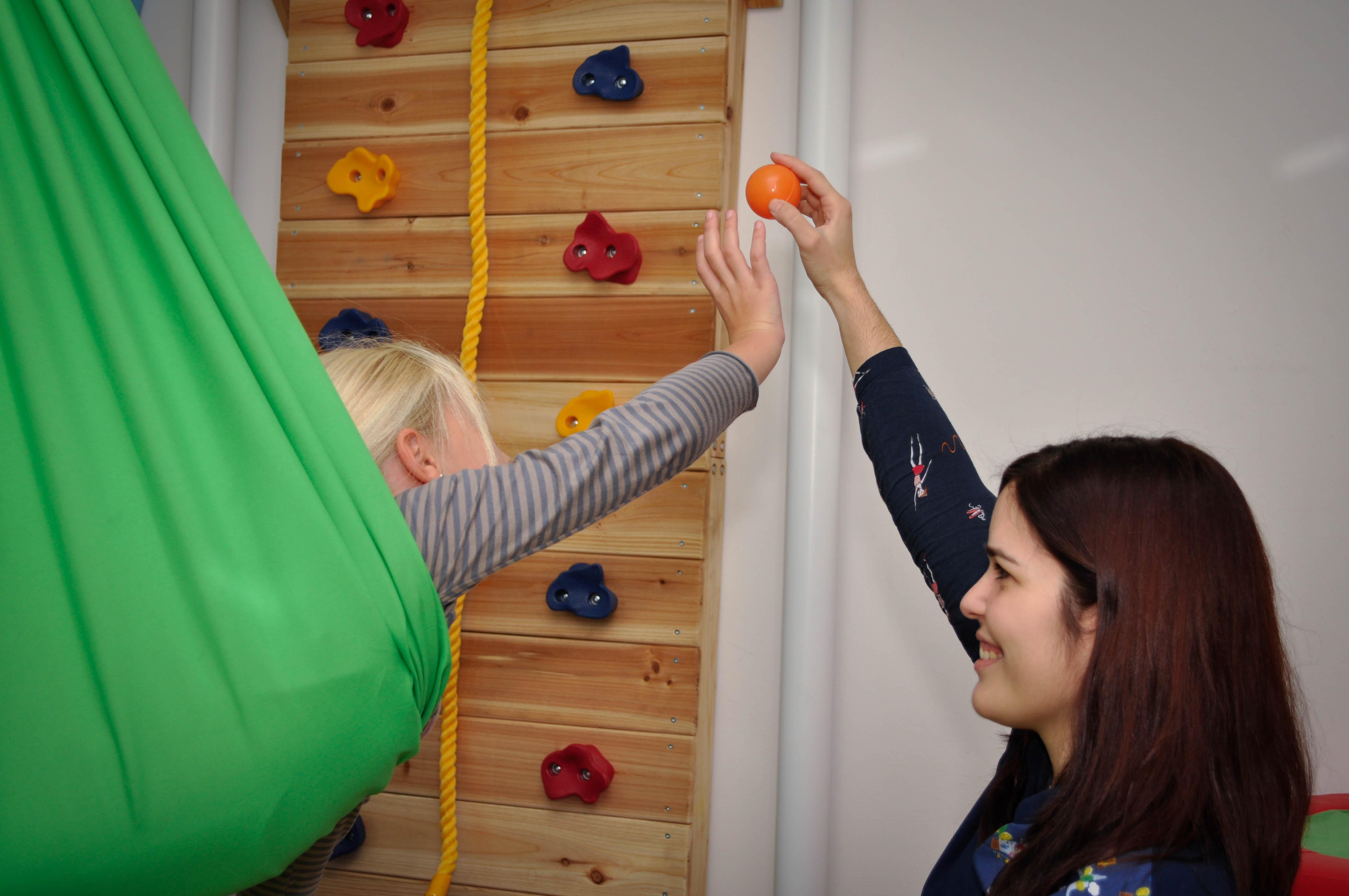 Una de las terapeutas interactuando con una niña en otra de nuestras exclusivas salas de terapia